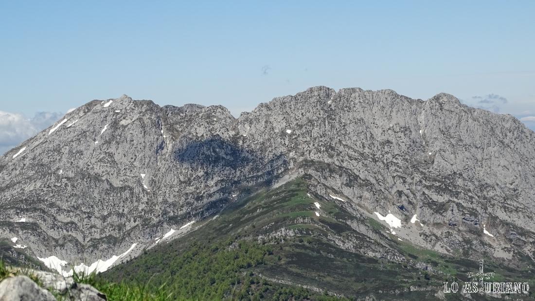 La copa del pico Tiatordos, en el límite entre los Parques Naturales de Redes y Ponga, en Asturias. Visto desde la peña Maciédome.