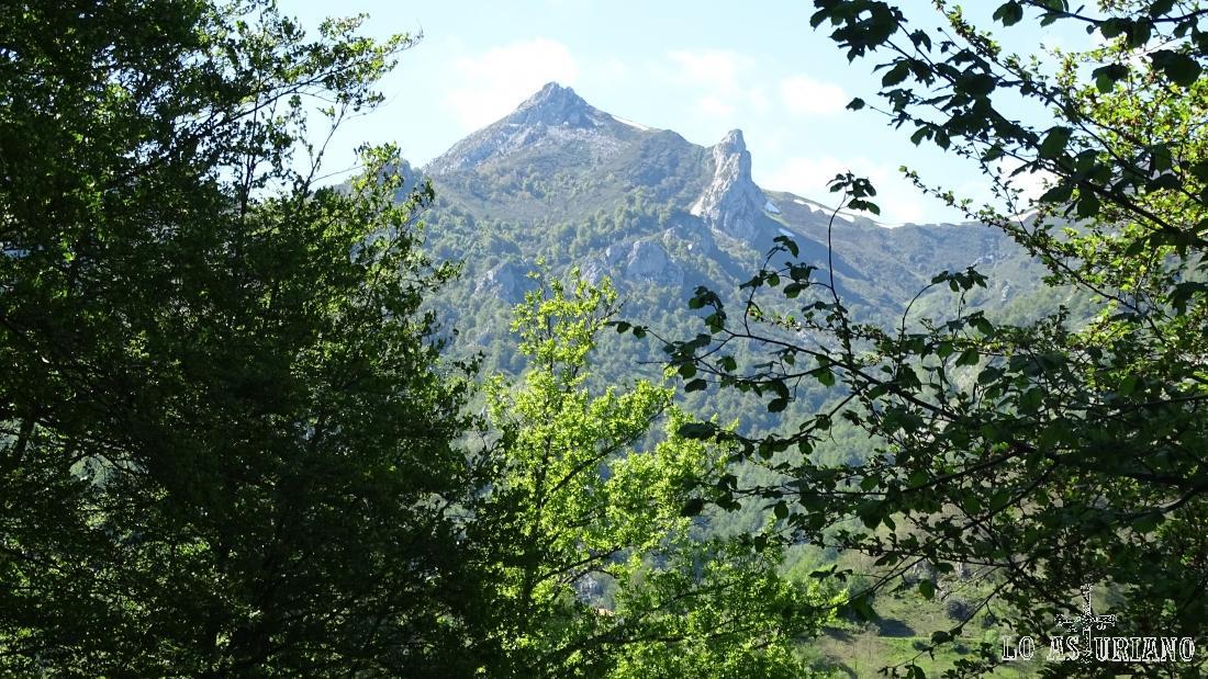 Desde el camino apreciamos la esbeltez de La Carasca.