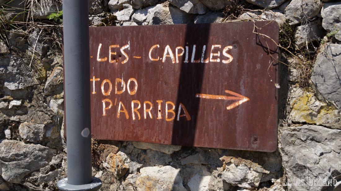 Letrero en Los Llanos; se trata de la pista que sube hacia las capillas del Monsacro.
