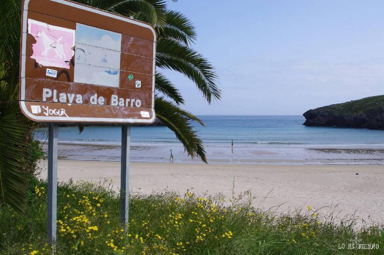 La bonita playa de Barro, en Llanes. Al lado de la misma, tienes un hotel, el Kaype Miramar, que tiene bastante buena pinta.