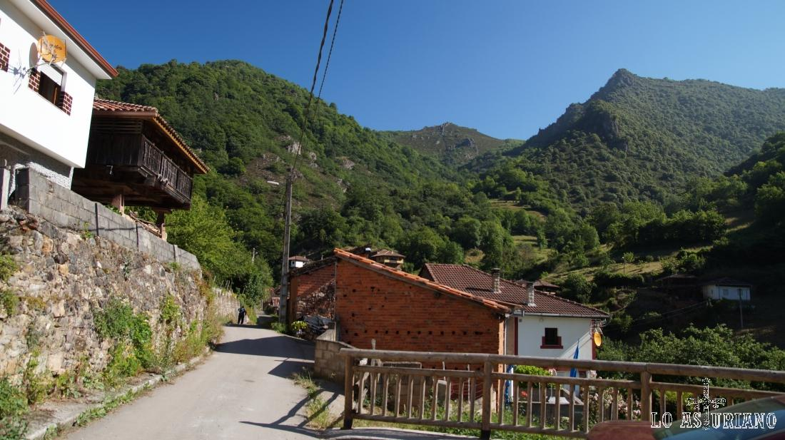 Cuevas, Belmonte de Miranda, inicio de la ruta.