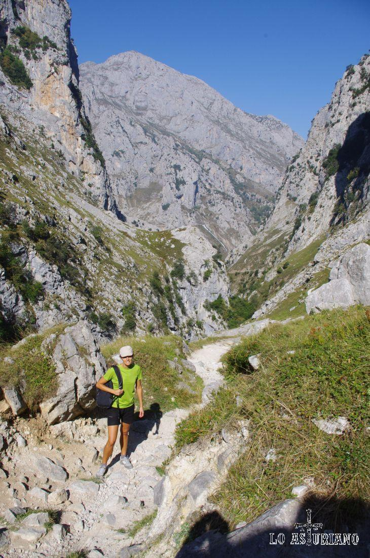 Muchos montañeros que quieren llegar al Naranjo de Bulnes, emprenden primero esta senda.