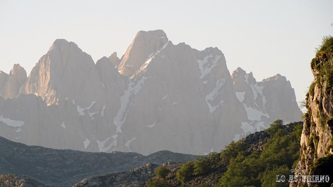 Esta es la mayor cima tanto de Asturias, como de Castilla León: la Torrecerredo.