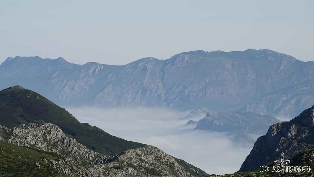 Mar de nubes hacia el Sueve, visto desde la pista a la vega de Ario.