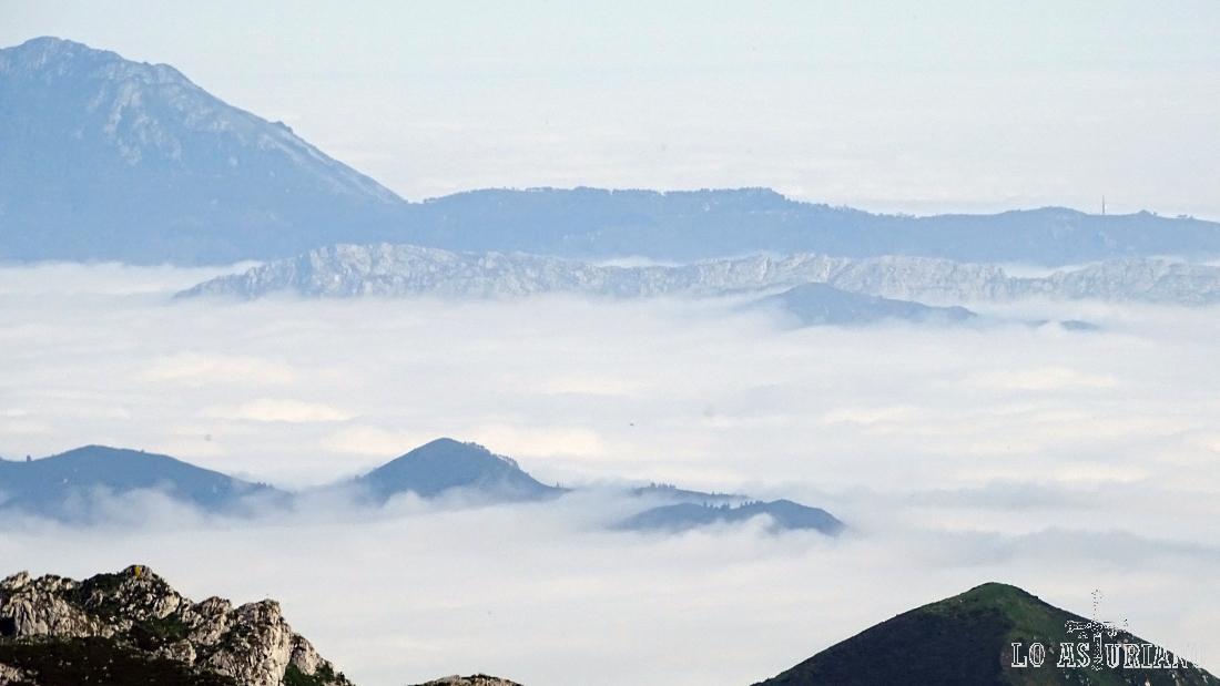 Zoom hacia el mar de nubes que se forma sobre la vega de Ordiales y las sierras costeras.