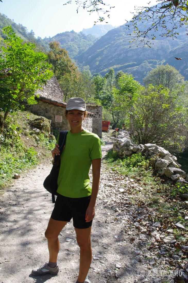 El pueblo de Bulnes se asienta en una pequeña hondonada a 649 m de altitud, escoltado por las imponentes moles calizas de la Peña Maín y el Murallón de Amuesa.