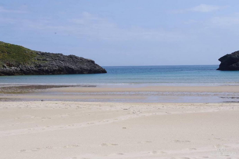 A unos 6 km del centro de Llanes, tenemos la preciosa playa de Barro, una de las más bonitas de Asturias.