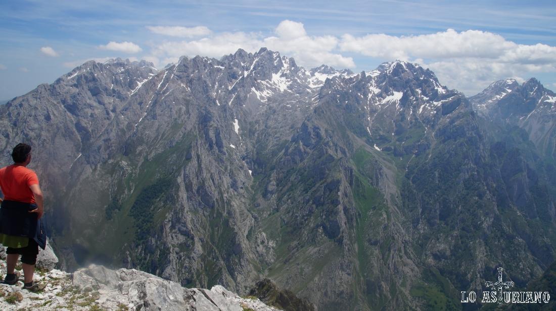 Vistas impactantes del macizo Central de los Picos de Europa, desde la cima del pico Jultayu.