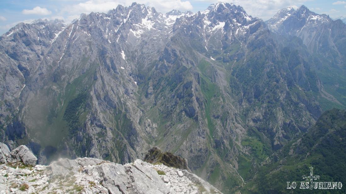 El grueso del macizo Central de Picos, con Caín, León, al fondo del precipicio.