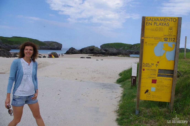 Entrada a la playa de Borizo; justo al lado tenéis un chiringuito, donde comer o tomar un refresco.