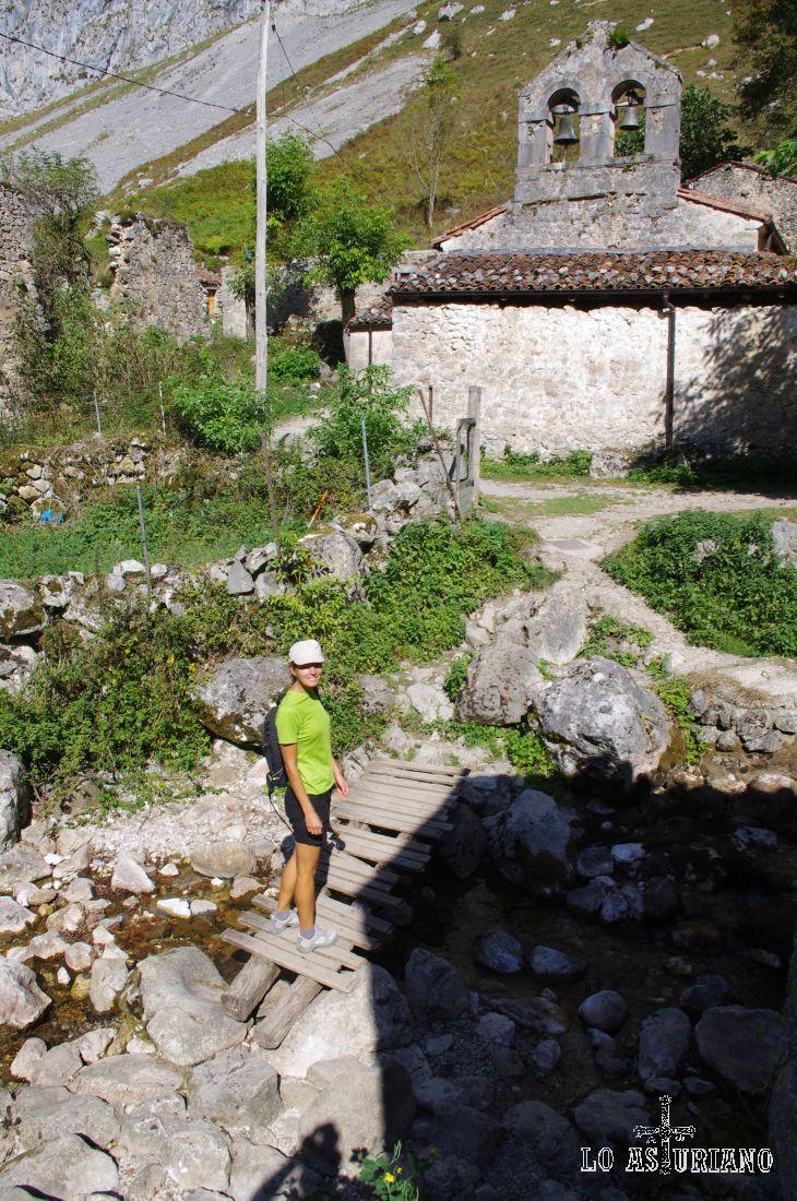 Cruzamos el puentito de madera sobre el Tejo, y retomamos el camino de vuelta, pasando por la iglesia de San Martín.
