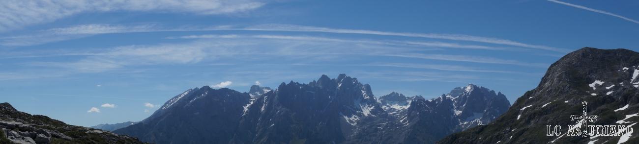 Torres Palanca, Llambrión, Torrecerredo, Torre de la Pardida, etc: panorámica del macizo central de Picos de Europa.