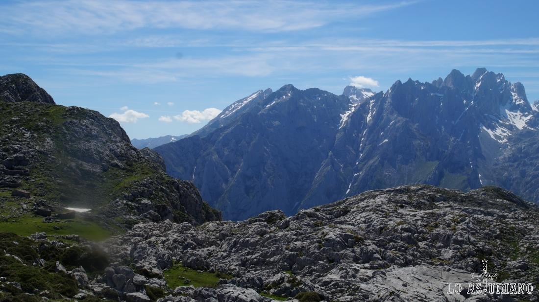 El macizo central o de los Urrielles, con el Torrecerredo más a la derecha, desde la vega de Ario, en Onís, Asturias.