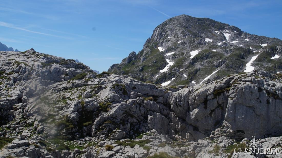 La cima del pico Jultayu, desde el laberinto de rocas, que hay antes de su acceso.