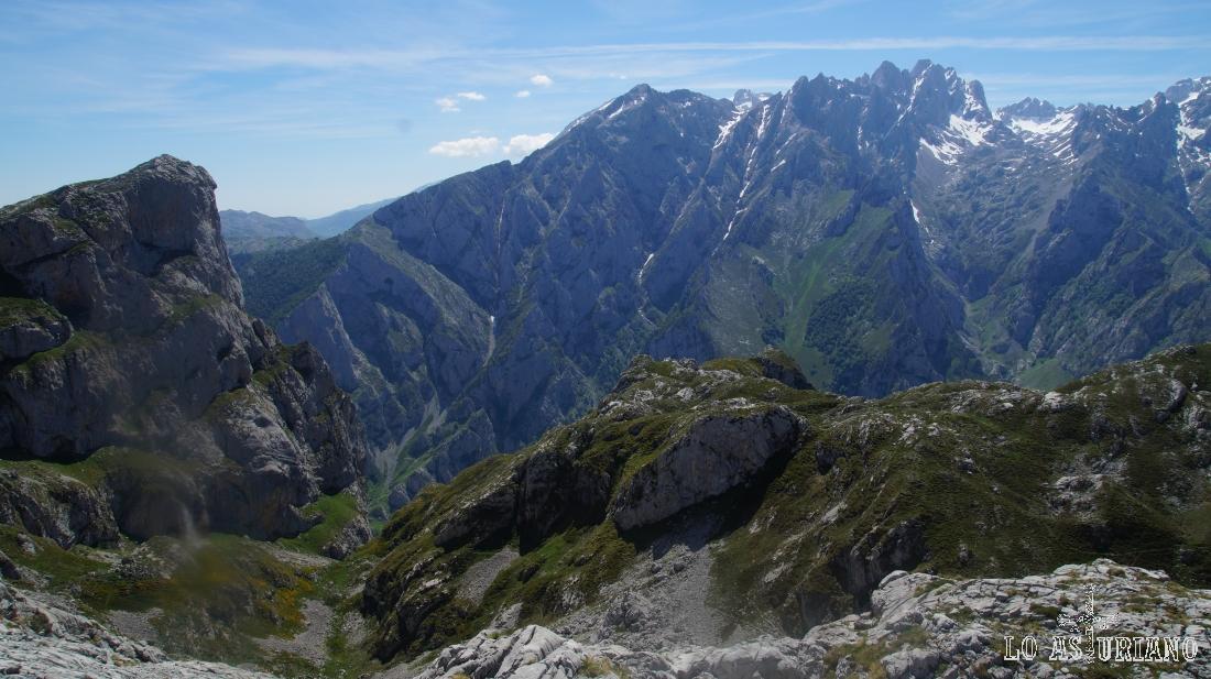 Macizo central de los Picos de Europa, enfrente.