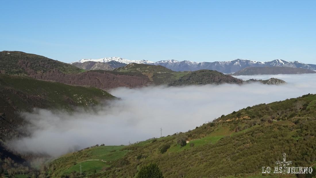 Nieblas o nubes bajas, cubriendo Villamor, en el puerto de san Lorenzo. La foto está tomada desde el alto del puerto, hacia la vertiente somedana.
