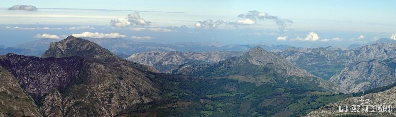 El Pierzu, Carriá, el mar Cantábrico, desde la cima del Maciédome.