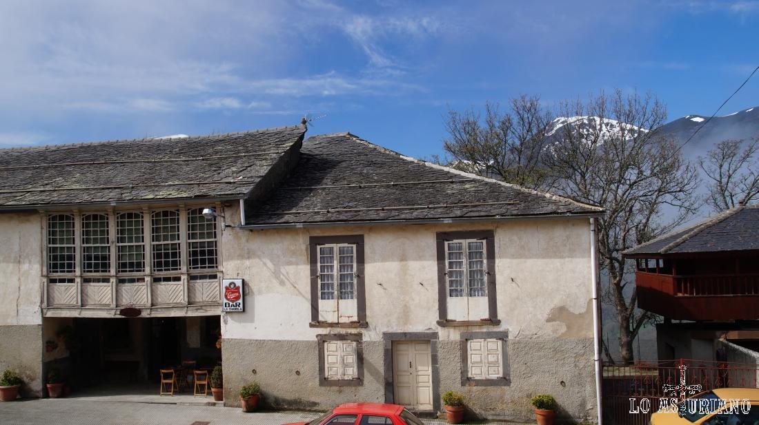 La Chabola, inicio de la ruta del Valle de Cibea. Este lugar fue siempre una posada de arrieros, una venta, en el entorno del paso de Leitariegos.