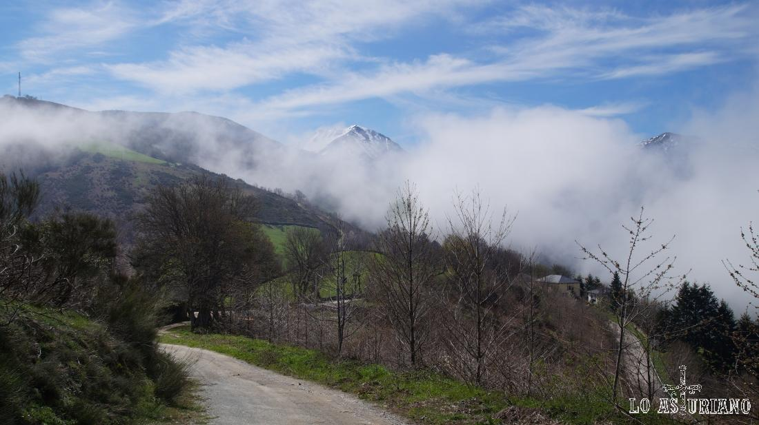 Nieblas bajas en Leitariegos, aledaño a este precioso valle de Cibea; en Cangas del Narcea, Asturias.