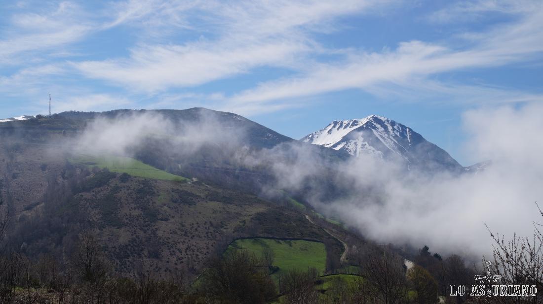 El Cueto de Arbás, con las últimas nieves, antes de que la primavera arranque con fuerza.