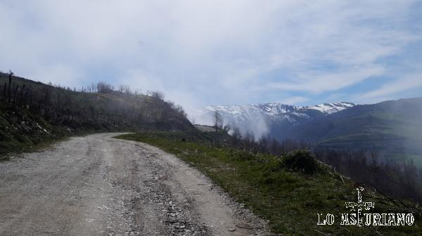Hace 15 minutos estábamos cubiertos de niebla y poco a poco se retiró. Esto es algo muy habitual en la Cordillera Cantábrica, pero ojo que al revés, pasa lo mismo.