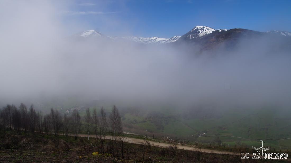 En la ruta del valle de Cibea, con nieblas hacia el puerto de Leitariegos y aledaños.