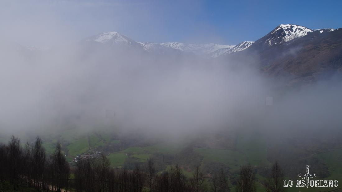 La niebla, que no nos permitía ver nada hace 5 minutos, empieza ya a despejar, como suele ser habitual a media mañana.