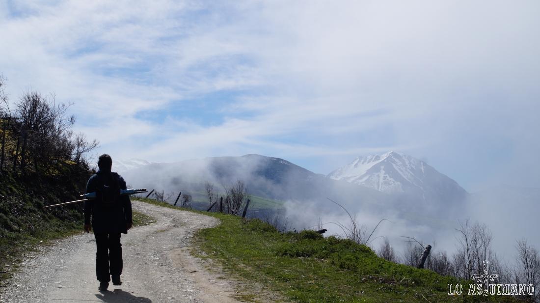 La amplia pista, nos va elevando plácidamente sobre el valle, con el célebre pico Cueto de Arbás, al fondo.