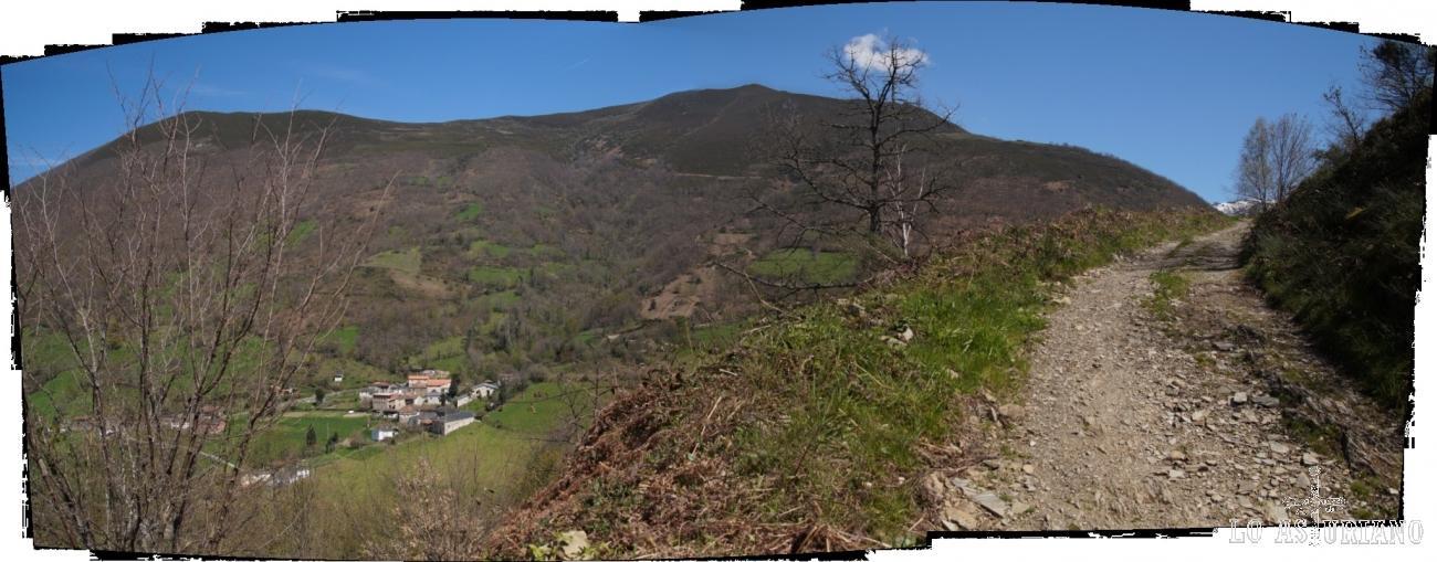 Subiendo hacia la preciosa braña de Llíndeovella, con el valle del arroyo de la Serrantina O Llamera.