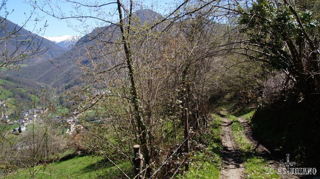 Tenemos a nuestra izquierda el conjunto de pueblines del valle: Sorrodiles, Regla de Cibea, creo son los principales.