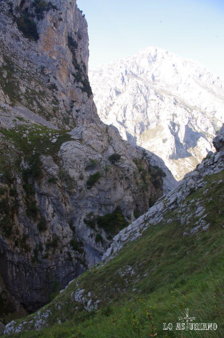 Las laderas rocosas se cruzan, y al fondo, el Cuetu del Pando.