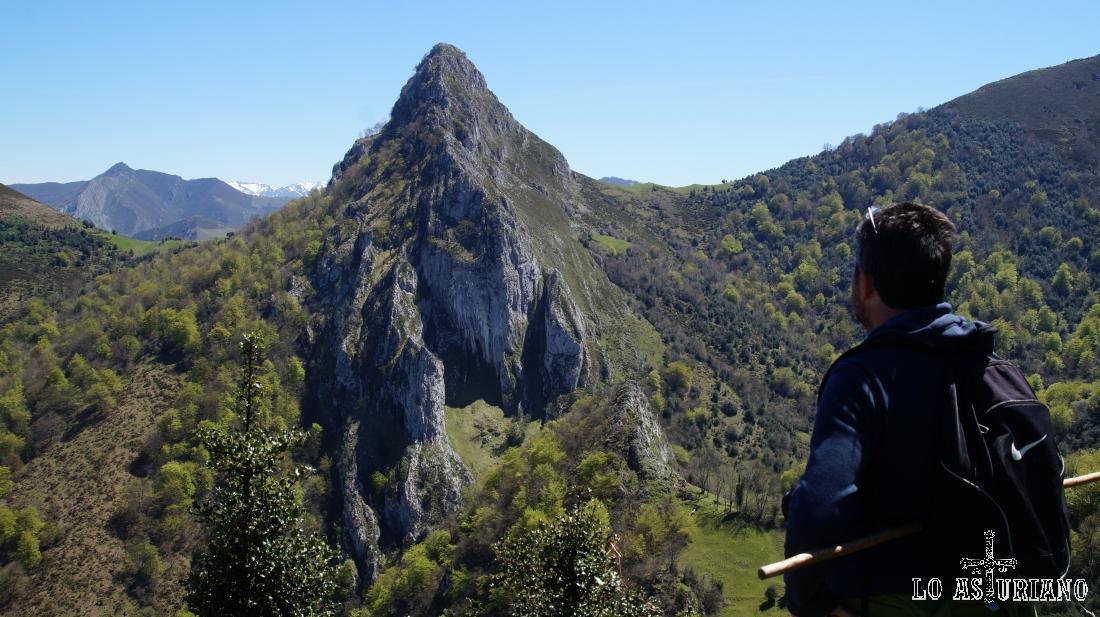 El pico Corbellosu, 1288 m, en la sierra de la Escrita, en el límite con el Parque Natural de Redes.