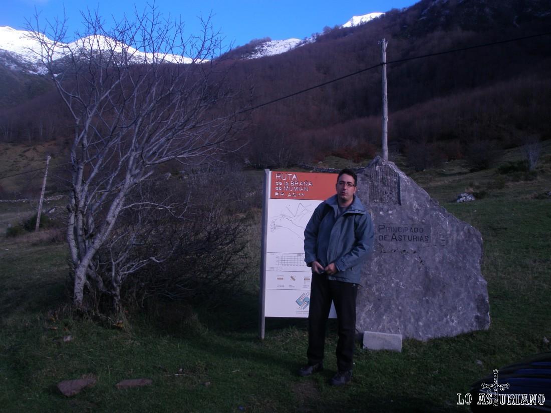 Parking en la aldea de La Llamardal, donde comienza esta ruta.