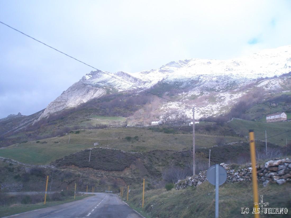 Carretera de Somiedo a Belmonte. Subiendo hacia el puerto de Somiedo, el aparcamiento de La Llamardal, lo encontrarás a mano derecha.