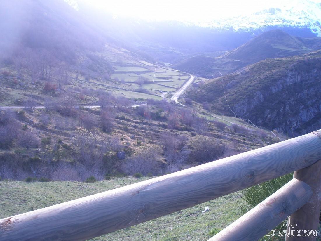 Detrás, la carretera que sube hasta el Puerto de Somiedo.