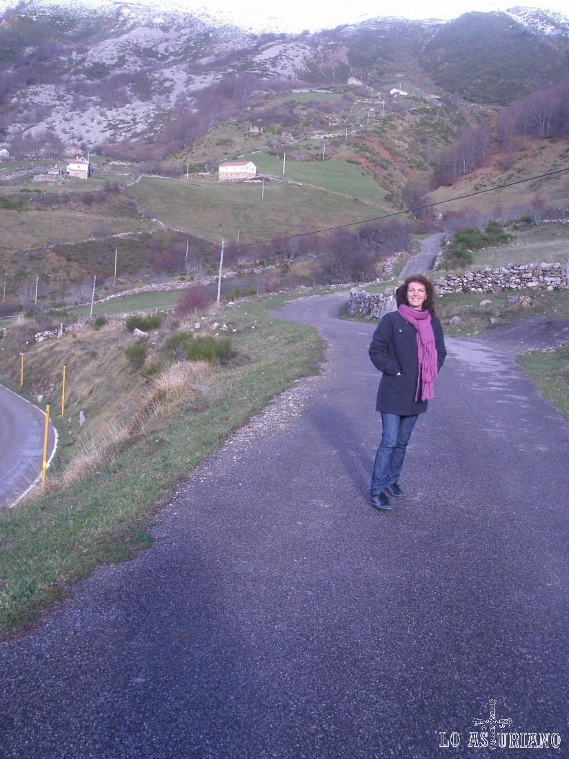 Desde el camino, podemos ver las casas de La Llamardal, pueblito pastoril, en el alto Somiedo.