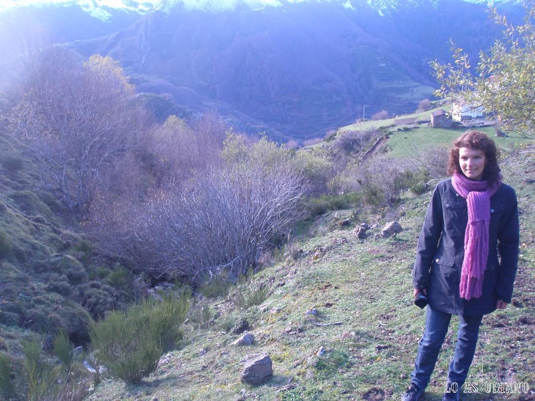 Una vez estuvimos en La Llamardal, no nos resistimos a tomar más altura, siguiendo por el camino original, para ver que vistas teníamos de la aldea.