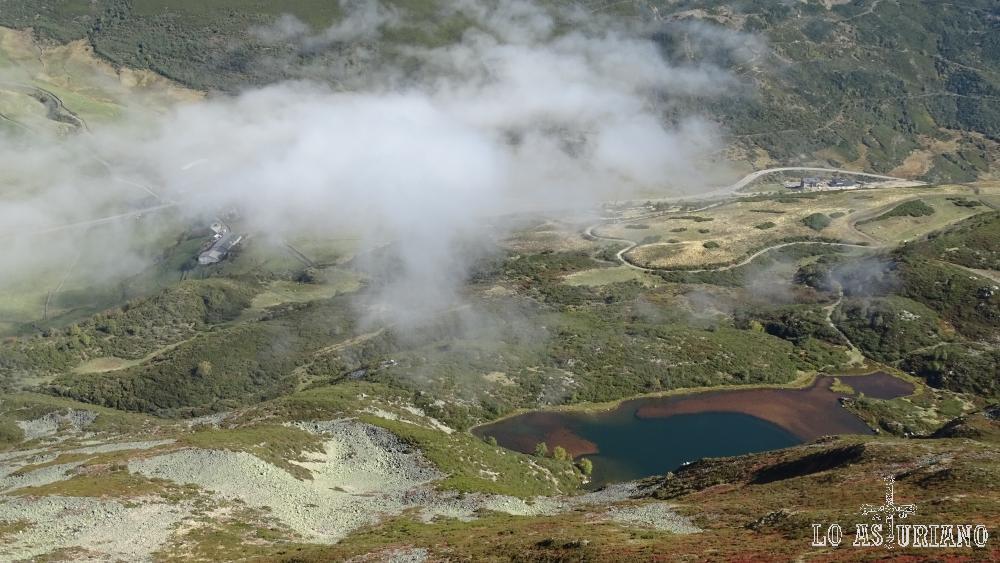 Laguna de Arbás y el Puerto de Leitariegos desde el Cueto de Arbás.