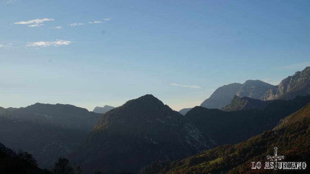 Cimas ponguetas desde la collada Moandi, límite entre Ponga y Piloña.