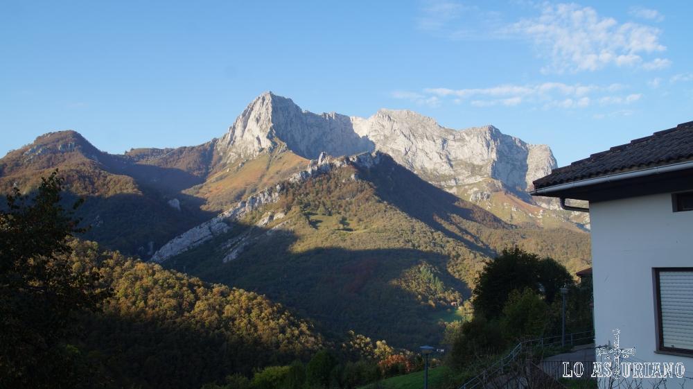 El pico Tiatordos, desde San Juan de Beleño, concejo de Ponga.