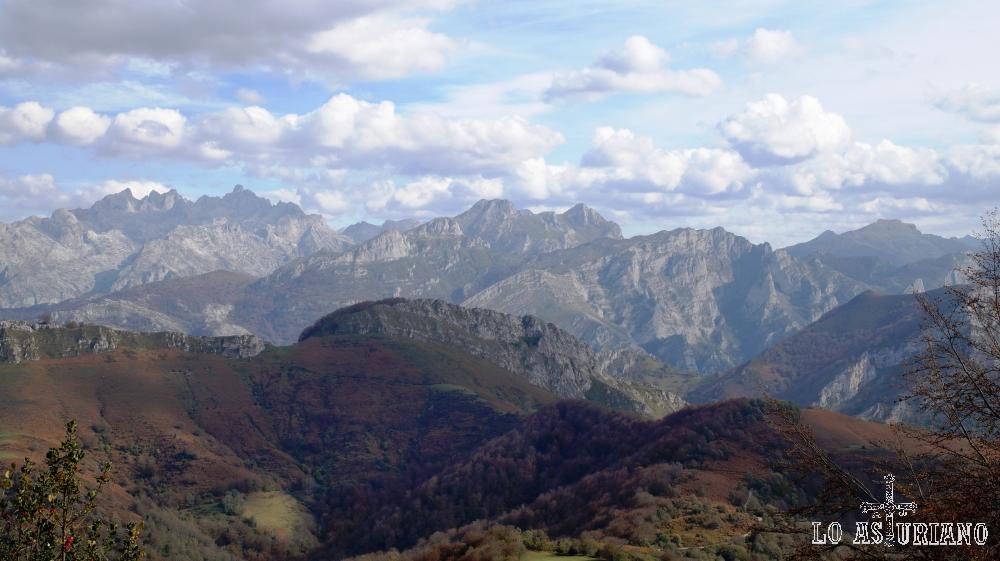 Al fondo, los picos de Europa preciosos paisajes que nos ofrece la collada Llomena.