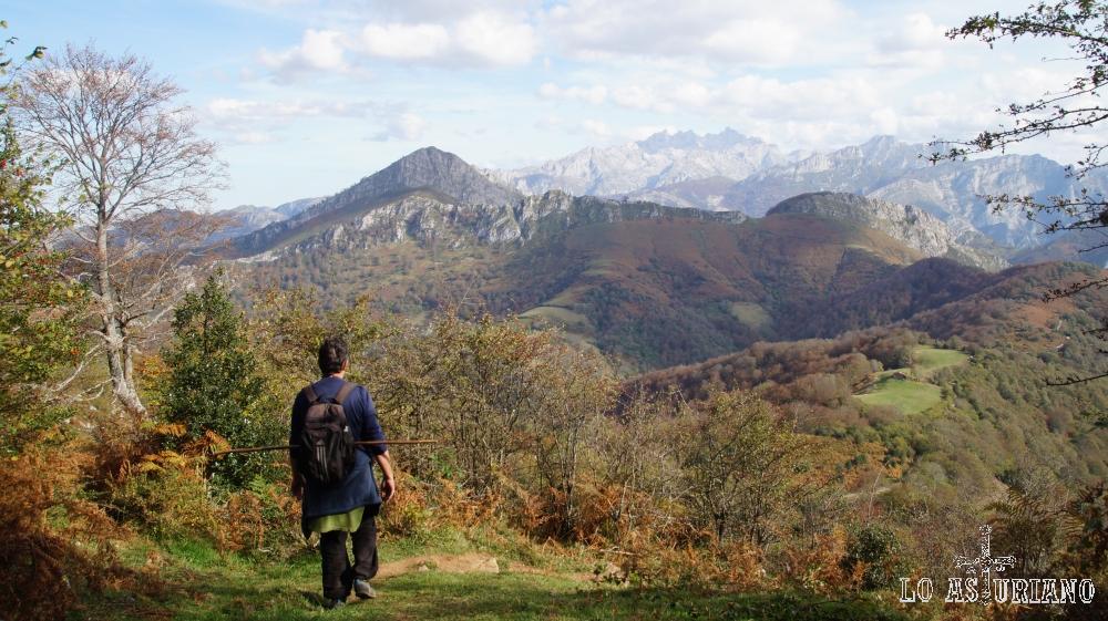 Bajando del pico Pierzu, con el Carriá y más lejos, los picos de Europa, al fondo.