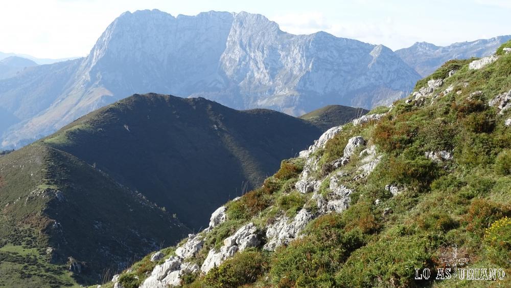 El Tiatordos al fondo, y la sierra de Aranga.