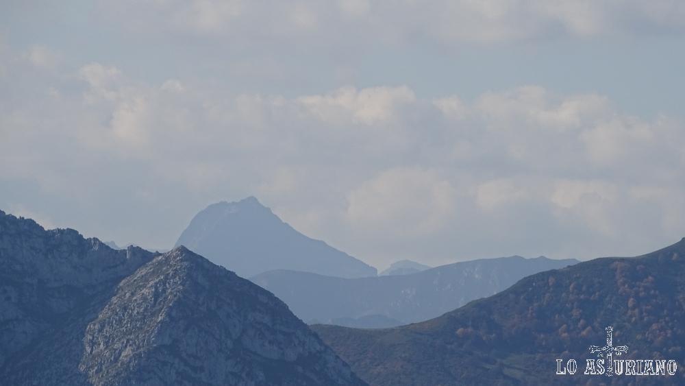 El pico Torres, desde el pico Pierzu.