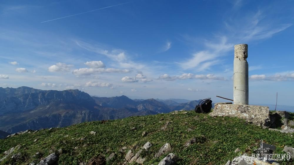 Vértice geodésico situado en la cima del Pico Pierzu, Ponga.