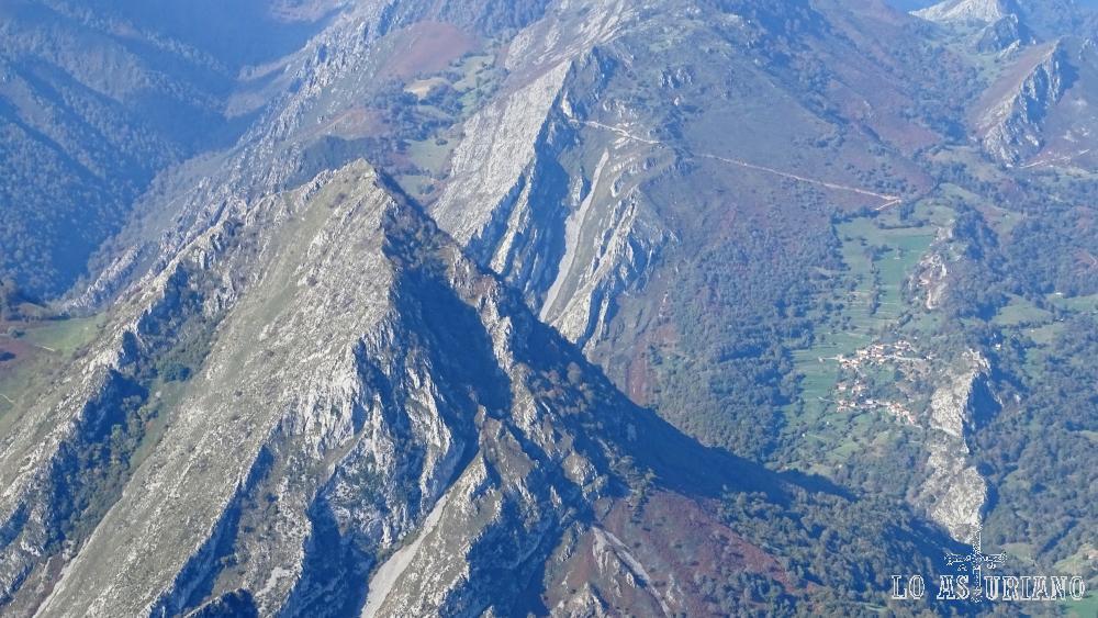 El pico Pondio, y detrás, la pista que sube desde Ambingüe a la majada Viores, en un paseo que disfrutamos en su día.