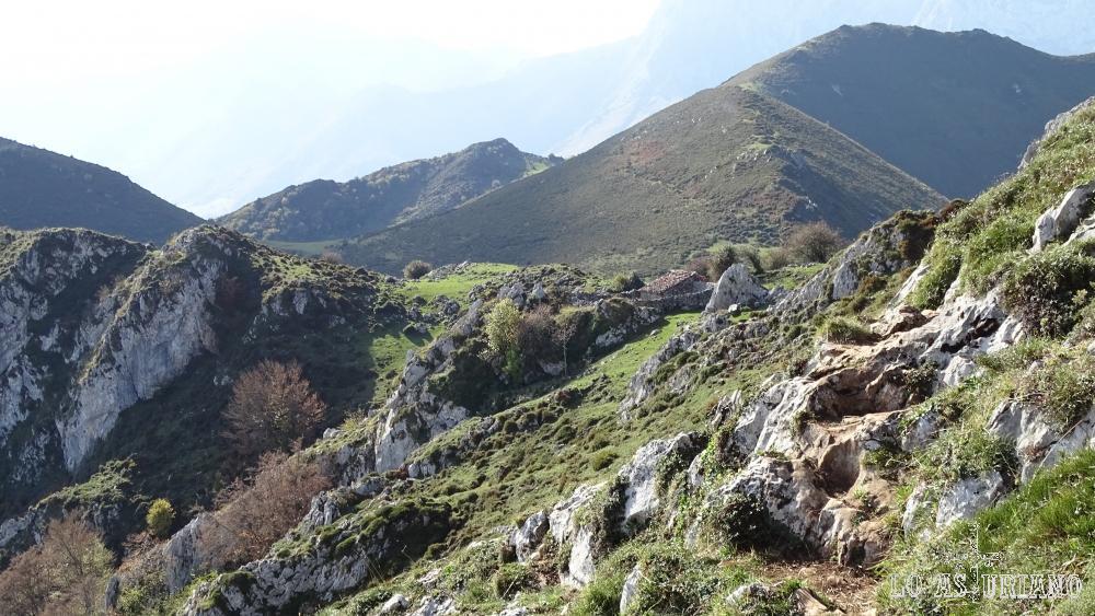Vamos ladeando la montaña, y la majada Celboes va quedando abajo.