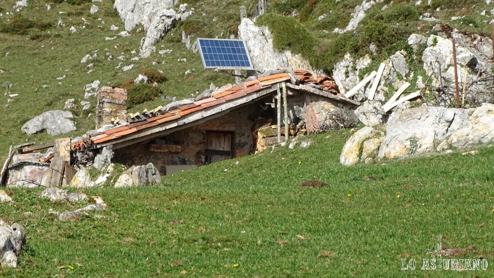 Cabaña con su panel solar en la majada Celboes.