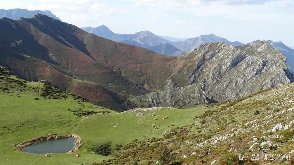 La sierra de Aranga, la laguna de Aranga y la peña pelada de la Huérfana.