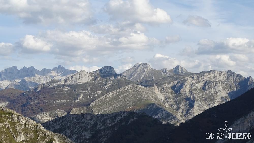 Imagen extraordinaria de los Picos de Europa, desde la collada Llomena.